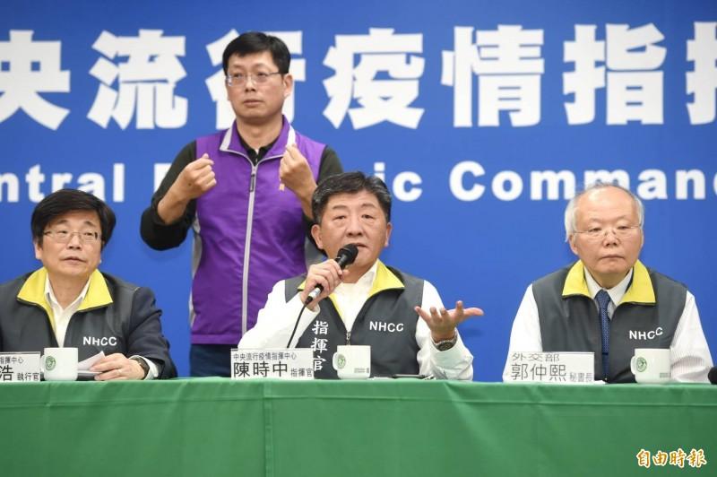 中央流行疫情指揮中心指揮官陳時中表示,沒道理小孩被父母丟包,國家要收起來。(記者方賓照攝)