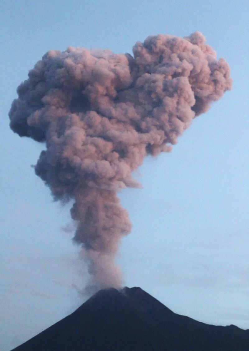 印尼梅拉比火山今天噴發,2公里高的火山灰雲直衝天際。(法新社)