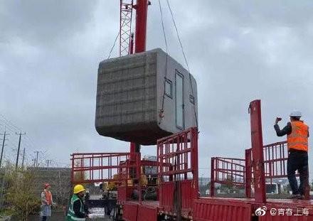 中國上海企業贊助武漢15間隔離病房,目前已住進30名病患。(圖取自微博)
