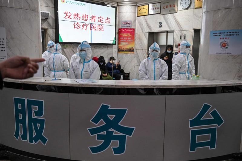 中國湖北省昨確診、死亡病例一夜暴增,有專家表示,不排除是因此前大量累積的病例沒能救回來,才出現死亡數激增現象。(法新社)