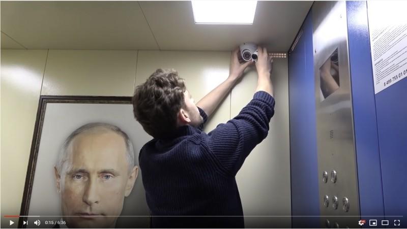 俄國YouTuber多霍夫(Bashir Dokhov)將俄羅斯總統普廷(Vladimir Putin)的畫像掛在莫斯科某部電梯之中,蒐集民眾反應。(圖擷自YouTube)