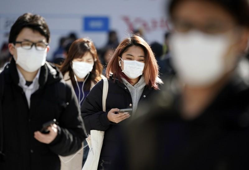日本千葉縣內一名20多歲男子確診感染新型冠狀病毒,這是日本第33例武漢肺炎(COVID-19)患者。圖為日本街頭行人都戴著口罩。(歐新社)