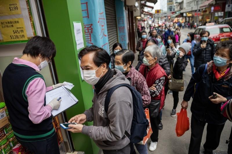香港今(13)日新增一起武漢肺炎確診案例,新病例曾與第47例確診患者一起吃飯。目前約有10多位患者的同事必須接受檢疫。(歐新社)