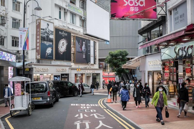 中國武漢肺炎疫情波及香港,致當地消費出現新的問題。(彭博)