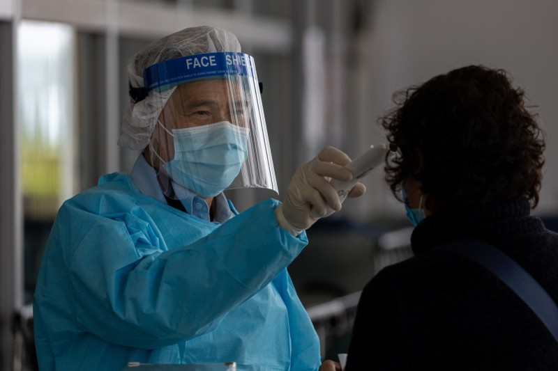 在中國江蘇省昆山市設廠的台灣企業陸續復工,有廠區員工每天要量3到6次體溫。圖為香港一處醫院民眾測量體溫。(歐新社檔案照)