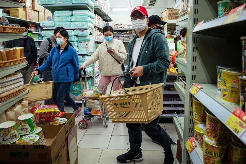 澳門政府提出多項援助措施,舒緩居民及各行各業的經濟壓力。圖為澳門一間超市,市民因應疫情均戴上口罩。(歐新社)