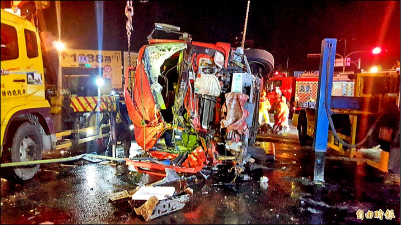 高雄市消防局鳳祥分隊一輛水箱車,昨晚遭貨櫃車衝撞車頭翻覆。 (記者黃旭磊攝)