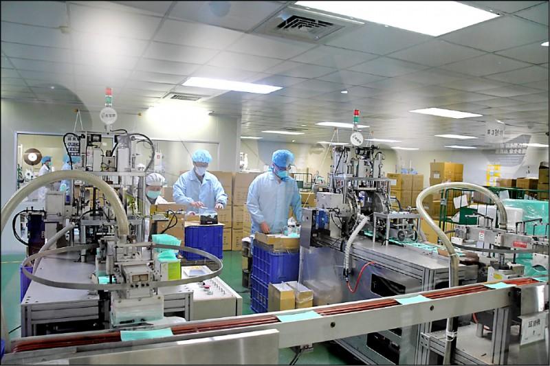 彰化縣華新口罩工廠配合政府徵收政策,新廠3條生產線可望每日增加30萬片口罩。(記者張聰秋翻攝)
