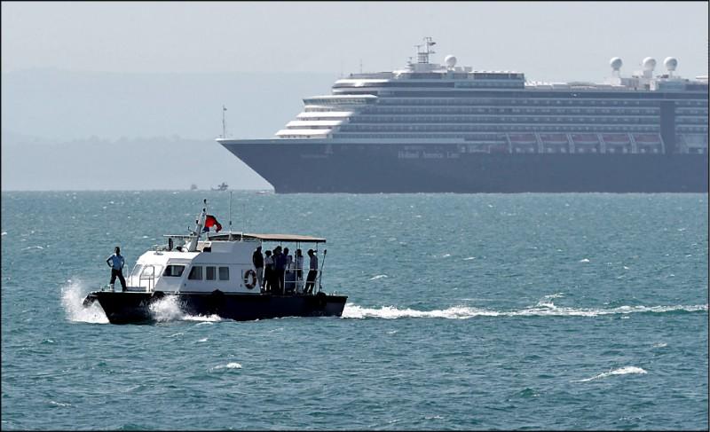 淪為海上人球的豪華郵輪「威士特丹號」十三日終於獲准在柬埔寨施亞努港泊靠。(路透)