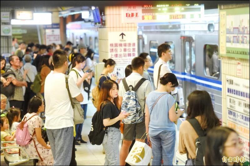 台鐵二二八和平紀念日連假車票昨開訂,九個小時賣出13.9萬張。圖為台北火車站。(資料照,記者方賓照攝)