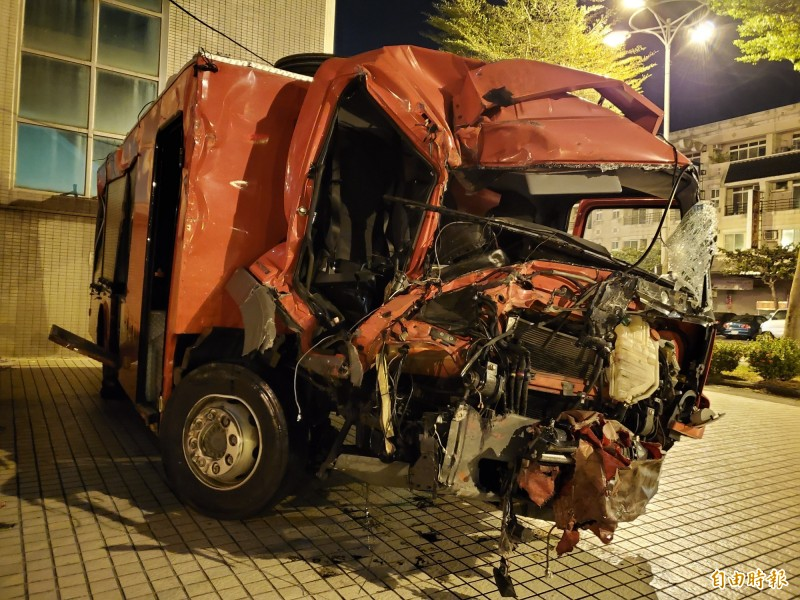 消防水箱車變形嚴重,慘不忍睹。(記者陳文嬋攝)
