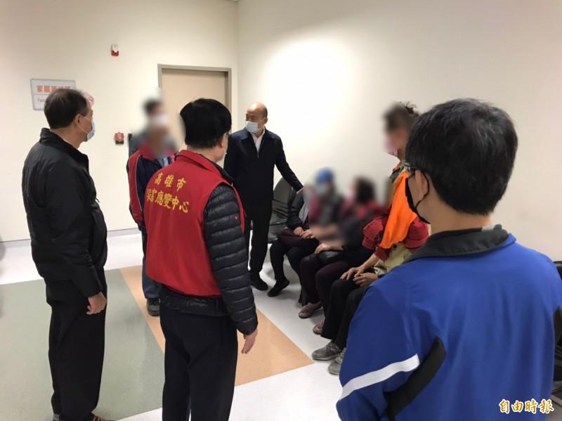 韓國瑜到醫院慰問家屬。(消防局提供)