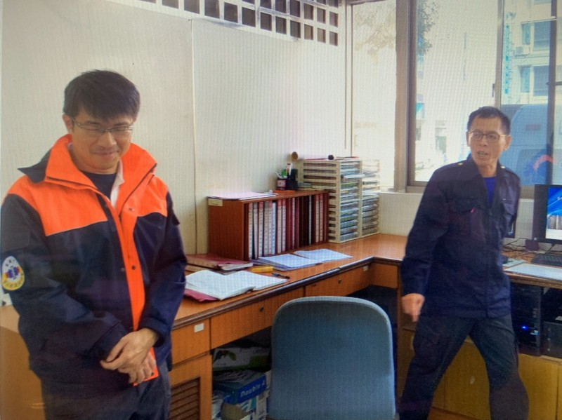 馮永昌(右)生前在隊部與同仁互動,隊員賴統生(左)也在車禍重傷。(記者黃旭磊翻攝)