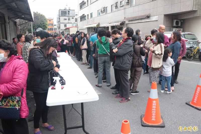 人龍長到需出動警方封街。(記者林敬倫攝)