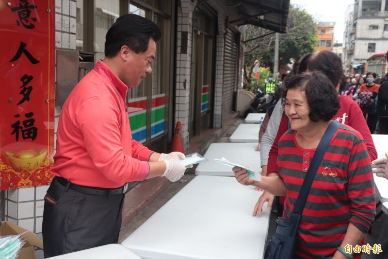 頭城鎮籍議員蔡文益(左)今在服務處,協助頭城人文國中小,發放學校家長會捐贈的5000個口罩給頭城鎮民。(記者林敬倫攝)