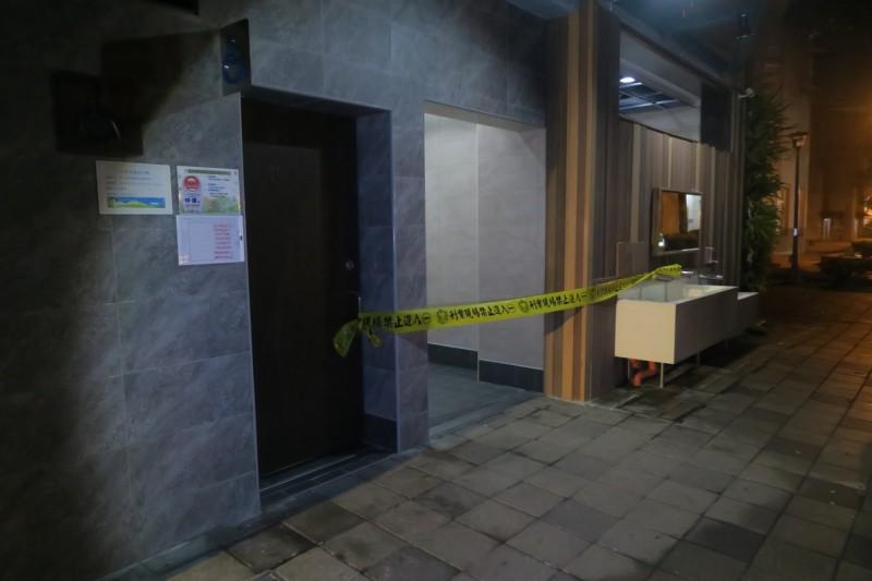 新北市在情人節凌晨傳出張姓女街友在板橋區四維公廁急產,遺棄新生嬰致死案,警方封鎖現場採證。(記者吳仁捷翻攝)