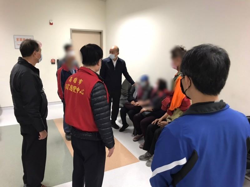 高雄市長韓國瑜昨晚前往醫院探視消防隊員家屬。(記者王榮祥翻攝)