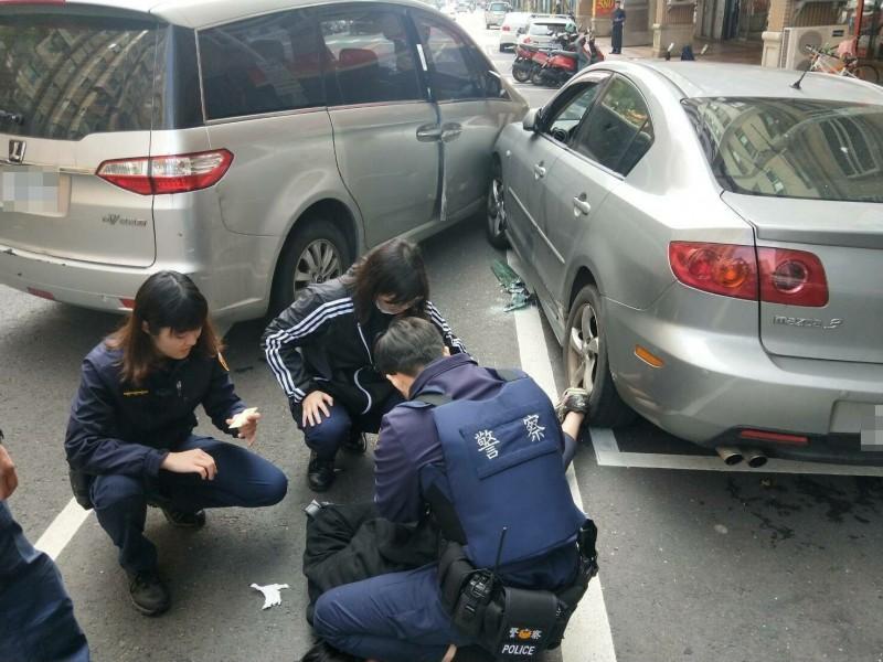 員警將竊賊壓制在地。(中壢警分局提供)
