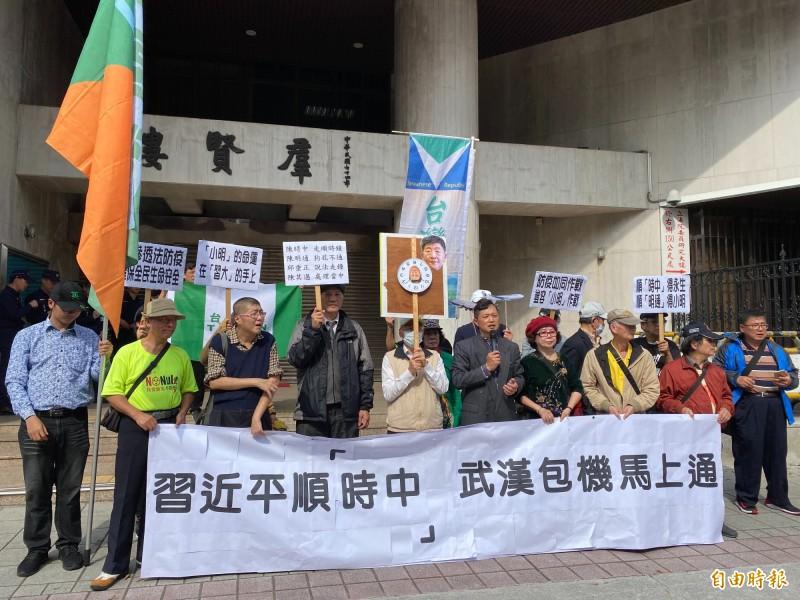 近50名滯留湖北與武漢的台人親屬今天到陸委會陳情,台灣國辦公室則在立法院群賢樓外,「隔岸」高呼「習近平順『時中』、武漢包機馬上通」口號。(記者鍾麗華攝)