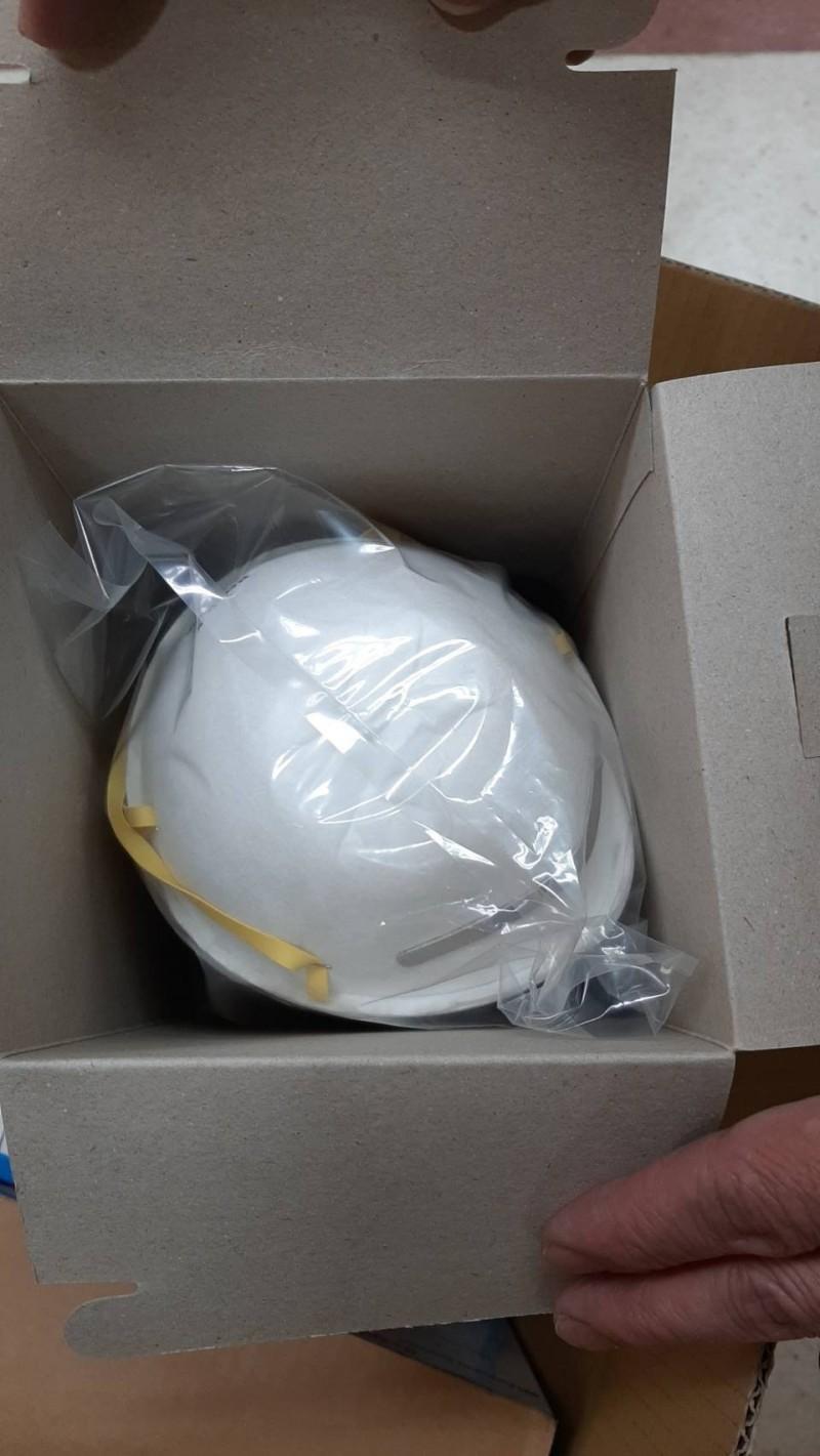 有民眾送N95口罩給豐原醫院。(記者張軒哲翻攝)