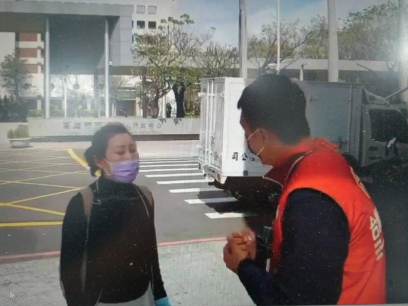 台灣基進今天在高市府鳳山行政中心旁擺設連署罷韓攤位,遭韓粉(黑衣)質疑擺攤合法性。(台灣基進提供)