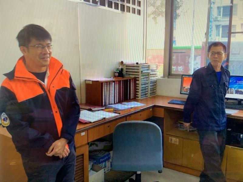 鳳祥分隊消防員賴統生(左)仍未脫離險境,圖為殉職小隊長馮永昌(右)生前合影。(記者黃旭磊翻攝)
