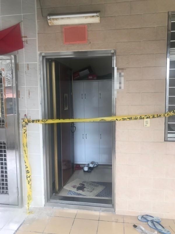 詹男持菜刀砍傷母親,警方案發後在詹家門口拉起封鎖線。(資料照)