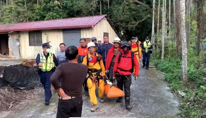 79歲日籍飛行傘玩家墜地不幸身亡,消防人員將遺體運送下山。(民眾提供)