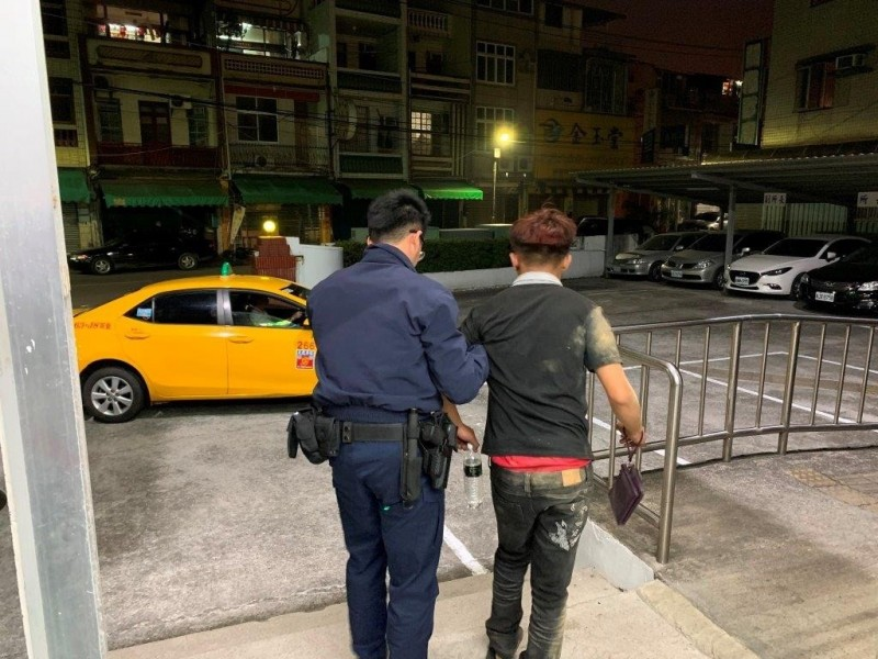 癡情劉男(右)被女網友放鴿子,露宿街頭2天,警方出錢幫他叫計程車返家。(記者洪臣宏翻攝)