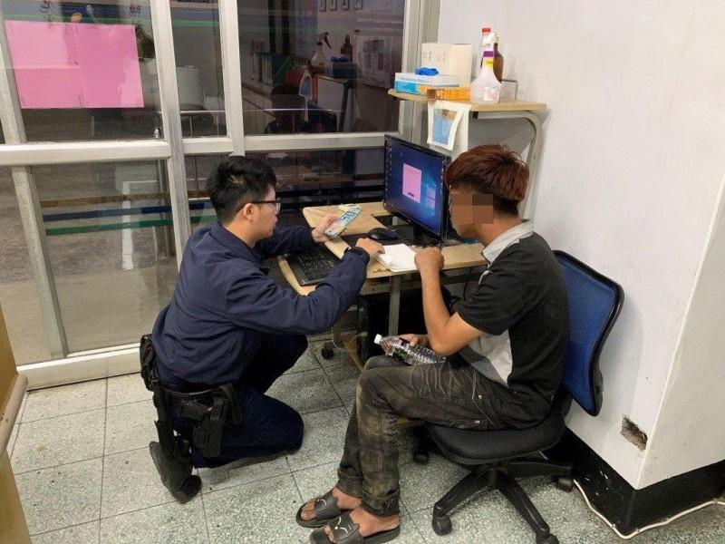 劉男(右)露宿街頭2天,全身髒污向警方求援。(記者洪臣宏翻攝)