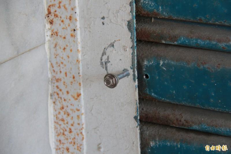 田尾鄉溪畔活動中心大門遭鐵釘釘住,無法開啟。(記者陳冠備攝)