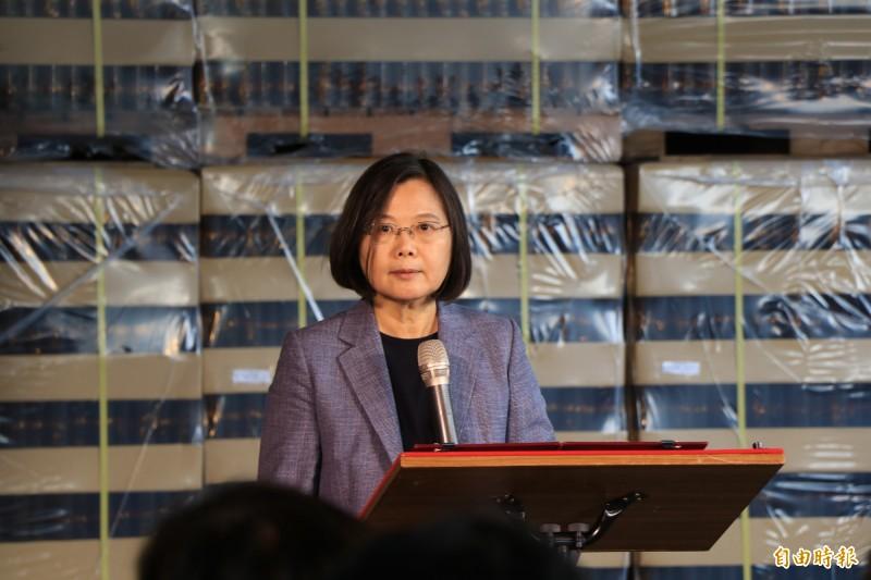總統蔡英文表示,台灣自製的口罩、酒精都足夠,呼籲民眾勿屯貨,讓有需要的人都買的到,才是對防疫最大的幫助。(記者萬于甄攝)