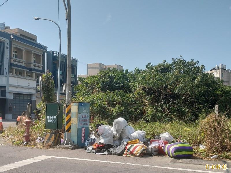 舊衣回收箱旁常有人亂丟垃圾,苑裡鎮公所將其列冊管理,一旦髒亂直接撤掉。(記者蔡政珉攝)