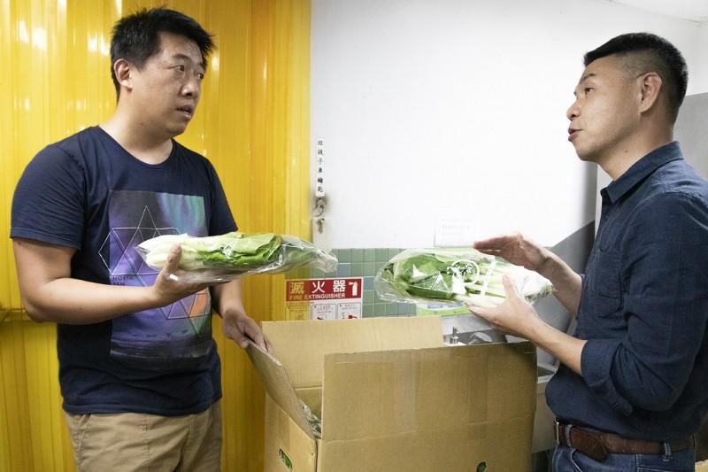 台南老爺行旅員工發起團購,幫助供應營養午餐蔬菜的農民紓困。(記者王姝琇翻攝)