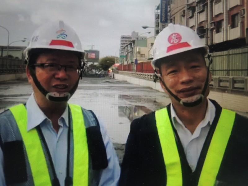 高雄市長韓國瑜(右)偕同工務局長吳明昌,情人節選在中華地下道前開直播。(記者王榮祥翻攝)