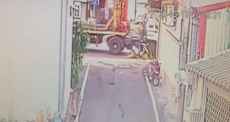 楊姓老翁遭同方向行駛的拖板車從後方擦撞倒地,命喪車輪底下。(記者李立法翻攝)