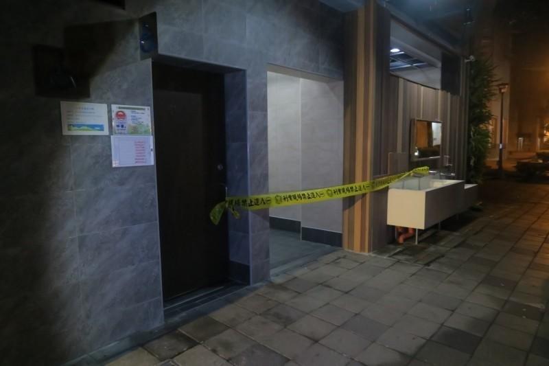 張姓女街友在板橋區四維公廁急產,遺棄新生嬰兒致死,警方封鎖現場採證。(記者吳仁捷翻攝)