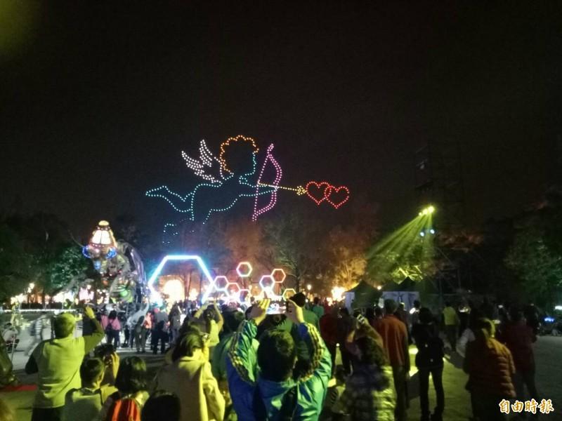 500架無人機上演邱比特射箭穿心圖騰,讓台灣燈會遊客歡度情人夜。(記者張軒哲攝)