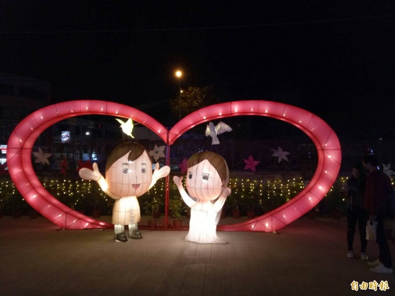 新囍同歡燈區吸引情侶拍照。(記者張軒哲攝)
