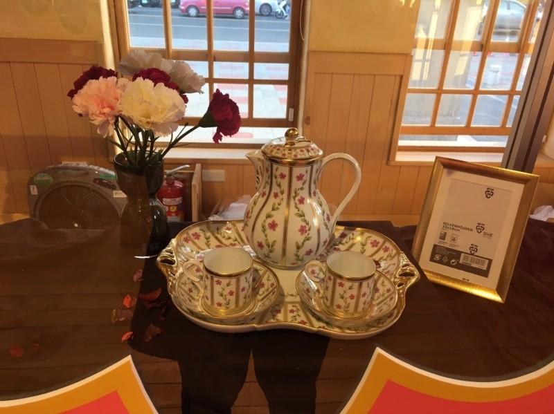 「What's cup好玩咖」咖啡杯特展開展,展出藏家們珍藏的各式咖啡杯組。(屏東縣文化處提供)