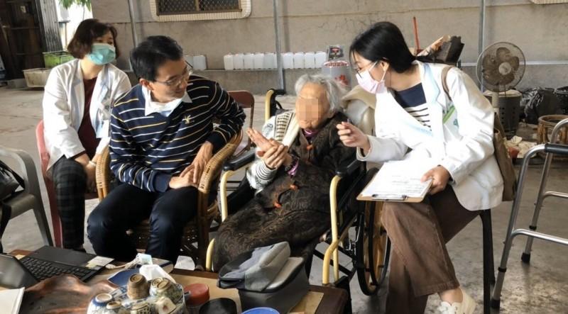 奇美醫學中心老年醫學科主任蔡岡廷於病人家中追蹤訪視。(記者王捷翻攝)