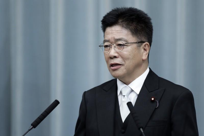 日本政府今日發佈新聞稿,除了呼籲勤洗手預防疾病,也表示「尚不認為新型冠狀病毒在日本是一種流行病」。圖為日本厚生勞動省大臣加藤勝信。(彭博)