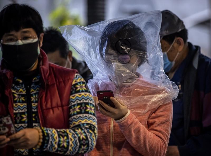 中國廣州市民眾排隊購買醫療用品。(歐新社)