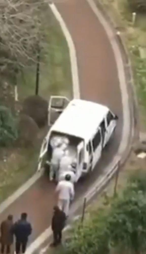 網路上流傳影片,武漢一名幼童目睹樓下來了運屍車,不斷尖叫「媽媽,裡面好多屍體!」(圖擷取自推特影片)
