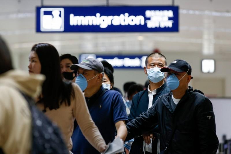 菲律賓今(14日)下午將討論是否要解除或繼續維持禁台令。圖為菲律賓馬尼拉尼諾伊·阿基諾國際機場的入境旅客。(歐新社)