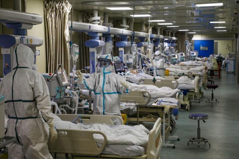 中國國家衛生健康委副主任曾益新表示,截至2月11日24時,已有1716名醫護人員確診,6人不幸死亡。圖為武漢市的醫護人員在加護病房(ICU)治療武漢肺炎患者。(路透社)