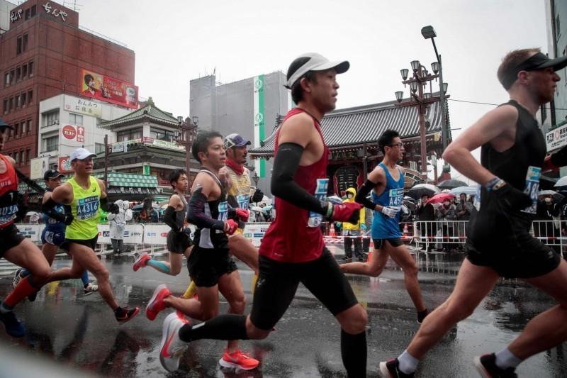 京都馬拉松主辦單位指出,會發口罩給跑者配戴。圖為2019年東京馬拉松比賽。(法新社)