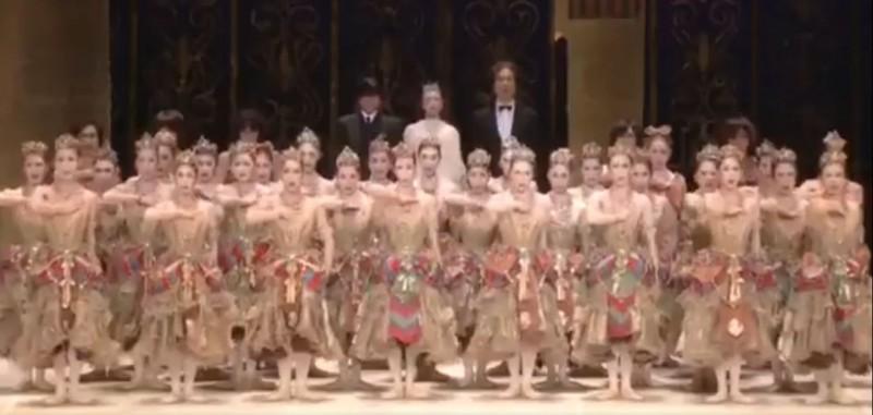 1948年創立的日本松山芭蕾舞團,自1950年代開始,與中國關係十分友好,因此,團長清水哲太郎在聽聞武漢肺炎疫情後,不但立即以舞團名義捐贈消毒水、口罩等物資,更特別錄製影片替武漢加油。(圖擷取自推特)