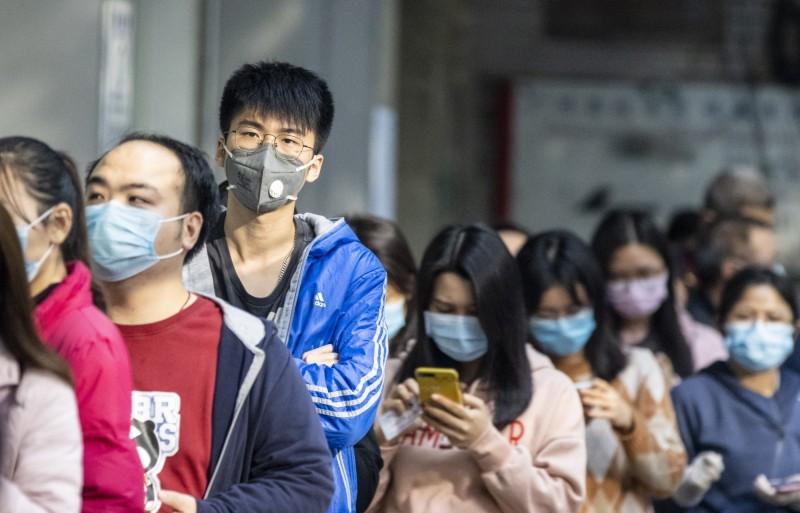 世界衛生組織(WHO)顧問隆尼尼(Ira Longini)表示,武漢肺炎最終的感染人數,可能會達到全球3分之2的人口。圖為中國廣州獲得買口罩資格的民眾,在藥局前大排長龍。(歐新社)