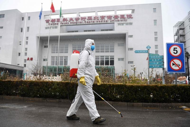 中國北京市發布通告,要求所有返京民眾居家或集中隔離14天。(法新社)